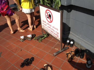 Prohibido entrar a los templos con calzado... Ojalá no agarré un hongo jajajajaja