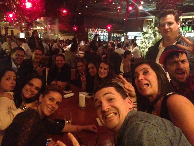 Cena con amigos... ¿ ya los reconocieron?