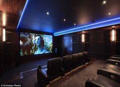 Incluso cuenta con su propia sala de cine