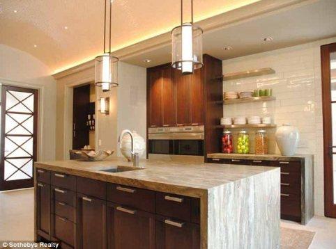 La enorme cocina con todas las comodidades modernas