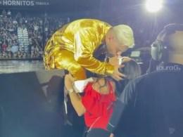 Maluma besa a fan