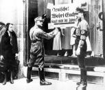 Truppen der Sa und SS rufen zum Boykott jüdischer Geschäfte auf. (Quelle: wikipedia)