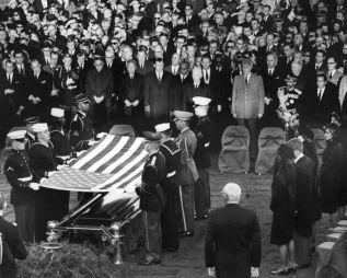 Soldaten halten die US Flagge über dem Sarg von JFK.