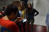Gemeinsam mit dem Fotografen werden die Ergebnisse des Shooting betrachtet.