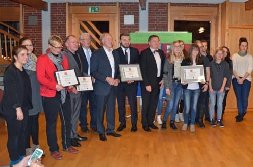 Bürgermeister Dr. Wolfgang Wiese überreicht laurentinews.de Chefredakteurin Nicola Gollek die Urkunde.