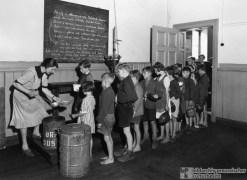 Ausgabe der Schulspeisung an einer Hamburger Schule (1946) (Quelle: Bildarchiv Preußischer Kulturbesitz, Fotograf unbekannt)