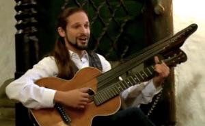 Laurentius RAINER beim Heurigen mit Kontragitarre