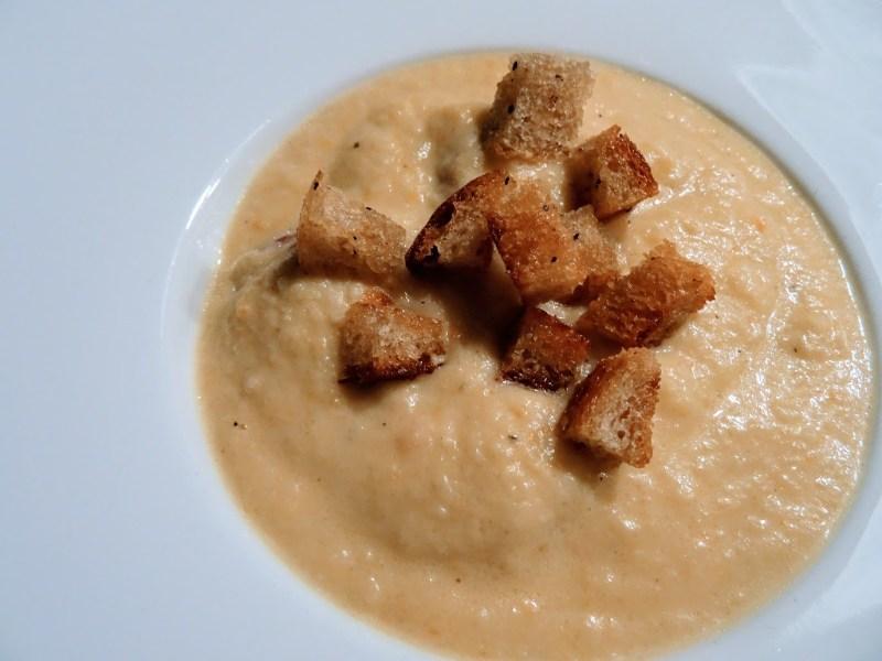 Sellerie-Cremesuppe mit Croûtons & geräucherter, leicht angebratener, Mettwurst