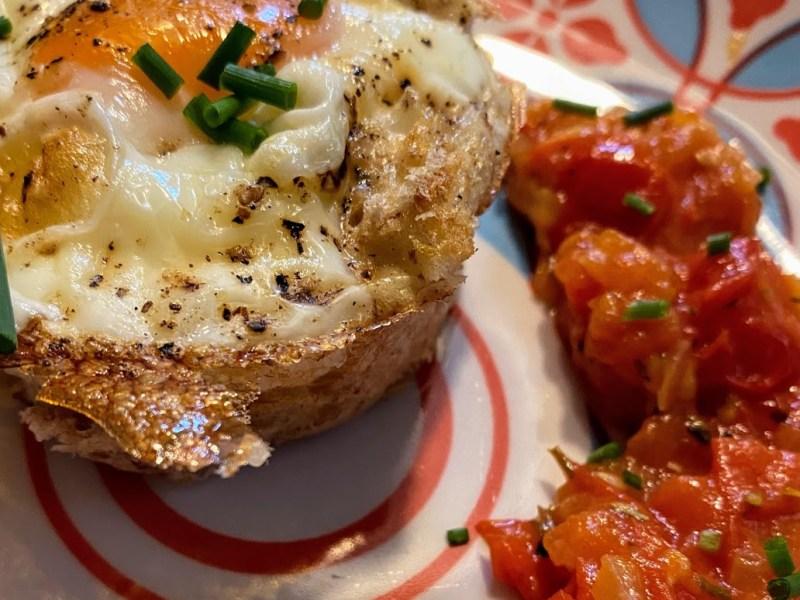 Ei im Toastnest an einem Tomaten-Rosmarin-Relish