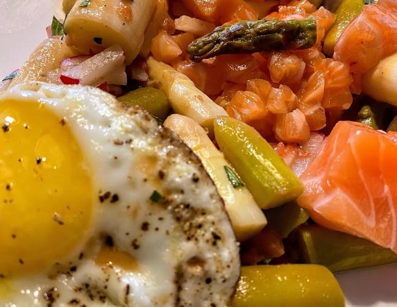 Estragon-Spargel-Salat mit gebeiztem Lachs, Tatar vom Lachs und einem kleinen Spiegelei