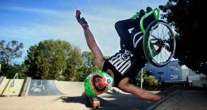 [Vidéo] Freestyle en chaise roulante avec Aaron Wheelz!