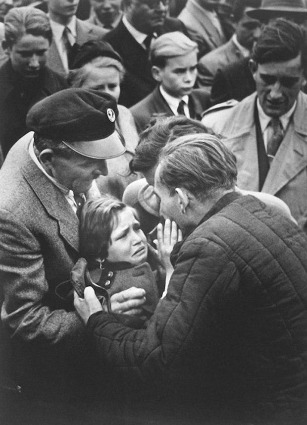 Un prisonnier allemand de la Seconde Guerre mondiale réuni à sa fille. L'enfant n'avait pas vu son père depuis l'âge de un an.