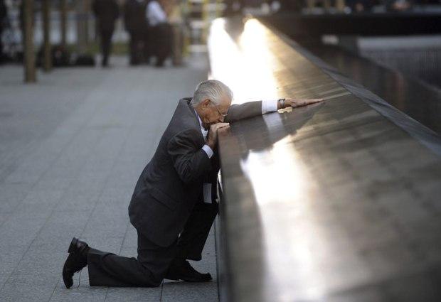 Robert Peraza embrasse le nom de son fils sur le Mémorial dédié aux victimes des attentats du 11 septembre