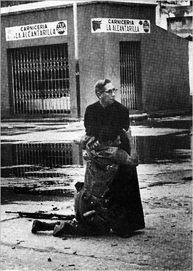 Le prêtre Luis Padillo fait une dernière prière pour un soldat blessé par les tirs d'un sniper lors de révoltes au Venezuela