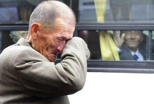 Un coréen du nord agite sa main vers un de ses proches de Corée du Sud qui est en train de pleurer suite à une rencontre lors des réunions de famille temporaires organisées entre les deux pays sur le Mont Kumgang le 31 octobre 2010. 466 coréens du sud ont été autorisés à passer 3 jours en Corée du Nord pour revoir leurs 97 proches nord-coréens desquels ils ont été séparés depuis la guerre de 1950-53.