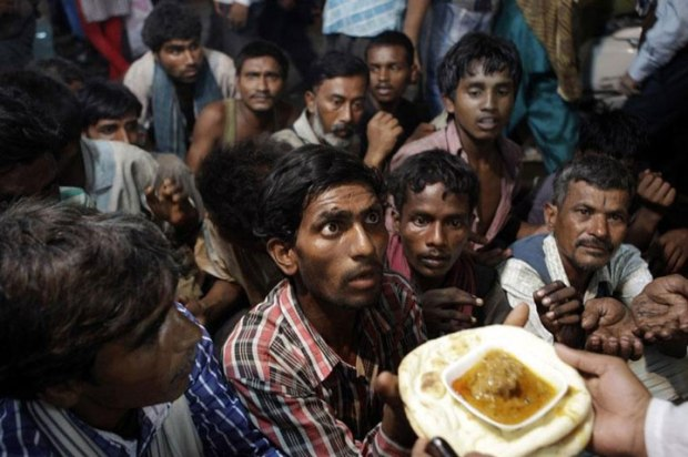 Des sans-abris attendant de recevoir de la nourriture gratuite à l'extérieur de la mosquée de New Delhi, en Inde