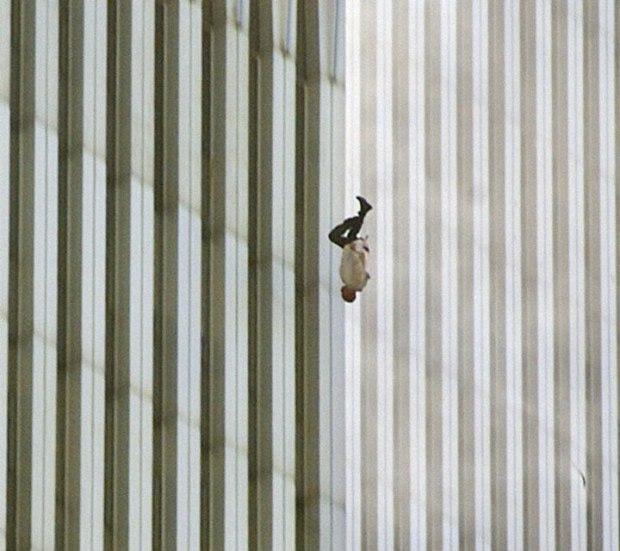 « The Falling Man ». Un homme tombant du World Trade Center après que les avions aient percuté les deux tours new-yorkaises le 11 septembre 2001