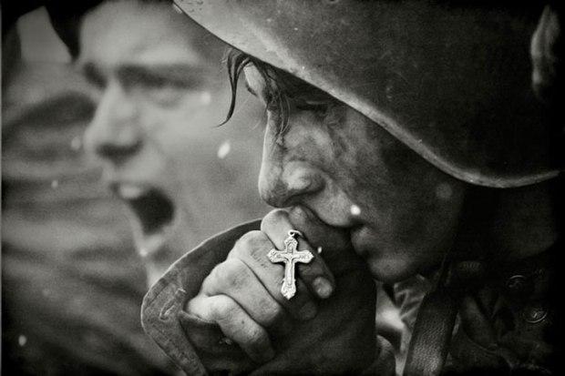 Des soldats russes se préparant pour la bataille de Kursk en Juillet 1943 (photo créée en 2006 à partir d'archives)
