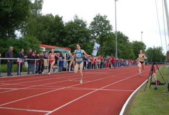Zieleinlauf 400m Frauen, Siegerin Nicole Marahrens, LG Weserbergland 54,98 sec.