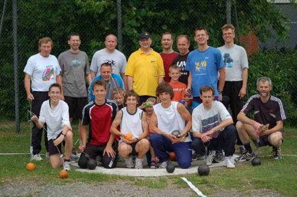 Einige der Zevener Teilnehmer am Rasenkraftsportwettkampf an der Kanalstraße.