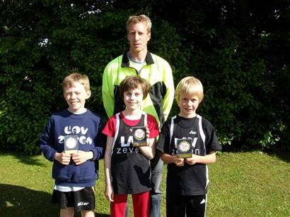 Die 4 Altersklassensieger der LAV Zeven Thomas Silies (hinten)  mit den Schülern Marius Silies, Milena Heins und Jonathan Wehe (v.l.)