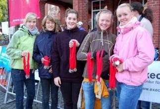 Gleich nach dem Zieleinlauf gab es für alle Aktiven von den Helferinnen Medaillen.
