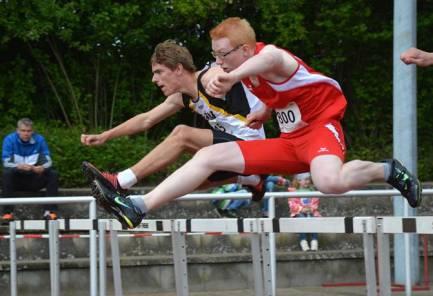 zi12: Janik Dohrmann (hinten, LAV Zeven) belegte mit 16,43 sec den 13. Platz im 110m-Hürden-Wettbewerb der männlichen Jugend U18.