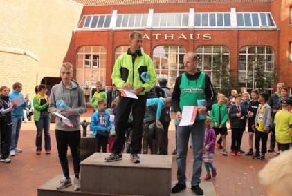 Siegerehrung 5km Männer: 1. Platz Andreas Müller, LAV Zeven