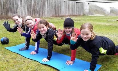 Trainerin Carolin Drewes (li.) und einige der jungen Leichtathletinnen.