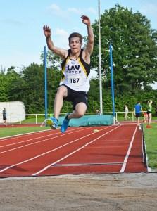 zi02: Timon Tietjen, hier beim Weitsprung, siegte bei der MJ U20 im Weitsprung sowie über 200m.
