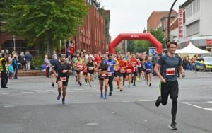 Nils-Henrik Meyer (Nr. 345), der vor seinem Wechsel zur LG Unterlüß-Faßberg-Oldendorf für die LAV Zeven startete, war der schnellste Läufer über die 10km und benötigte 39:02 min bis zum Zieleinlauf.