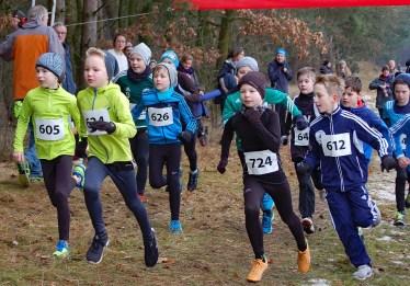 zi01: Lauf der männlichen Kinder über die 1300m-Distanz. Anton Prigge (Nr. 605) von der LAV Zeven gewann die Wertung der Kinder M11 in 5:35 min. Torben Lindemann (Nr. 724, TV Lilienthal) siegte mit 5:33 min bei den Kindern M10.