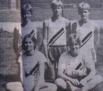 LAV-Schüler 1986 hintere Reihe: Ulf Neblung, Eike Bassen und Christian Pfichner, v.r.: Ilka Claus und Michelle v.d. Sanden.