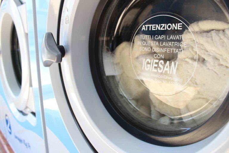 Se non si dispone di una lavatrice abbastanza capiente, allora è necessario procedere con il lavaggio a mano. Come Lavare Piumone In Lavatrice Senza Rovinare La Lavatrice E Il Piumone