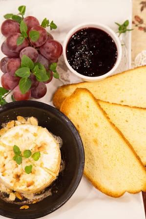 """Запечено в съдче """"LAVA"""" сирене """"Бри"""", гарнирано с домашно приготвено рагу от горски плодове и хрупкав царевичен хляб"""