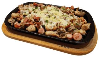 Тава на главния готвач за двама - приготвена и сервирана в LAVA чугунена тава