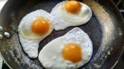 Първите яйца, проготвени в тигана. На сухо, без капка мазнина. Перфектни, никакво залепване!