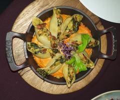 Пълнени конкильони със спанак, сушен домат, ядкова моцарела и сос ромеско