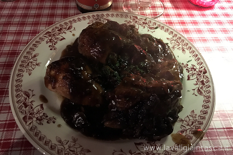 Pollo al vino rosso con funghi