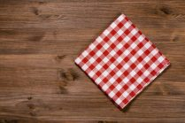 Ristoranti_Folded red-white napkin on wooden table