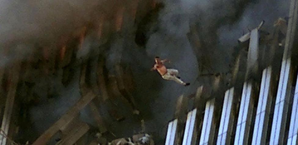 Fotografía de una persona saltando fuera de las Torres Gemelas en el atentado 09/11