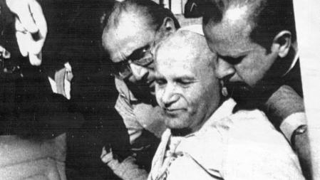 Imagen del Papa Juan Pablo II instantes después de ser tiroteado en el Vaticano, en l a plaza de San Pedro, en medio de una concentración de 10000 fieles mientras realizada un breve recorrido en un coche descubierto saludando a la concurrencia entre la que se encontraba su agresor Mehmet Ali Agca [19810513]