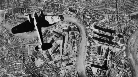 Batalla de Inglaterra. Un bombardero sobrevuela el este de Londres al inicio de los ataques de la Luftwaffe el 7 de septiembre de 1940.