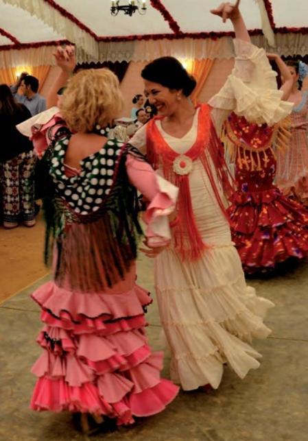 Dos mujeres bailando sevillanas