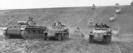 Columna alemana de panzers e infantería mecanizada avanzando a través de Ucrania en junio de 1942, en uno de los movimientos clásicos de la Blitzkrieg.