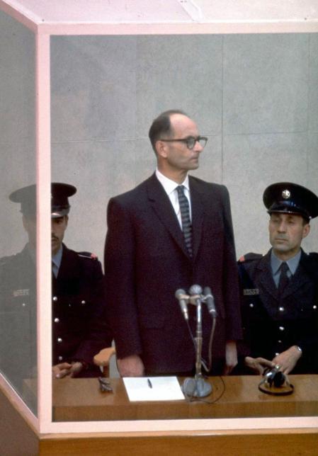 Eichmann, tras la cabina desde la que siguió el juicio
