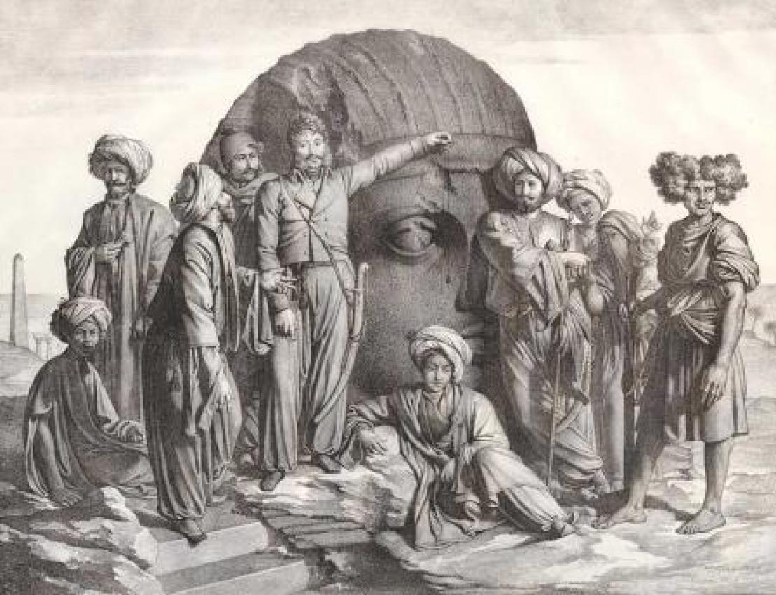 Bernardino Drovetti, rodeado de colaboradores, ante una gigantesca cabeza egipcia. Grabado de 1819.
