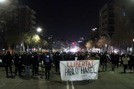 Pla general d'un grup de manifestants pujant per l'avinguda Marquès de Montoliu de Tarragona amb una pancarta amb el lema 'Llibertat Pablo Hasel', el 18 de febrer de 2021. (Horitzontal)