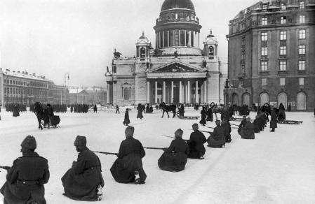 Un grupo de reclutas entrena en las calles de Petrogrado, en 1921.