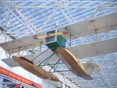 Réplica del primer avión de Boeing, fabricado en 1916.
